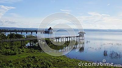 Ajardine a vista da represa de Lam Chae em Nakhon Ratchasima, Tailândia vídeos de arquivo