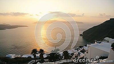 Ajuste cansado del sol de la tarde para pasar noche detrás de la isla en centro del Mar Egeo almacen de metraje de vídeo