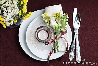 Ajuste festivo da tabela no marrom