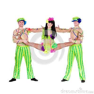 Akrobatkarnevaldansare som gör splittringar