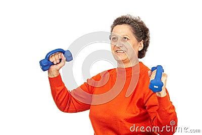 Aktive ältere Dame, die Eignung tut