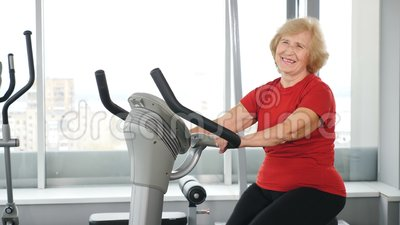 Aktive und gesunde Empfindlichkeit Eine schöne ältere Frau in rotem T-Shirt, die für Sport eintritt Aktivität im Alter stock video