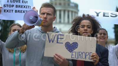 Aktivisten singen in Megaphone, lieben Europa ohne Grenzen, Migrationskrise stock video
