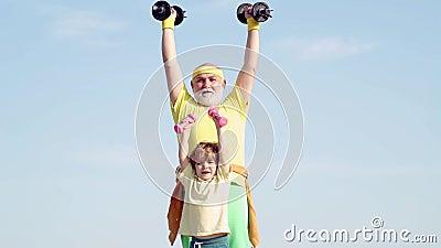 Aktywna rodzina cieszy si? sport i sprawno?? fizyczn?. Zabawny starszy starszy mężczyzna i chłopak z dupkami. Dziadek i Dziecko zbiory wideo