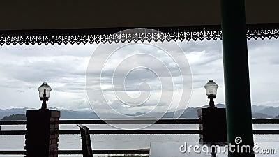 Al rallentatore della nuvola e del cielo prima della tempesta in un lago stock footage