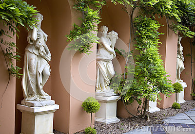 Alabastrowe statuy kobiety