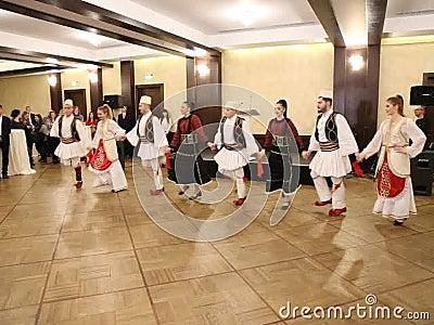 Albańscy tancerze w tradycyjnych kostiumach zbiory wideo