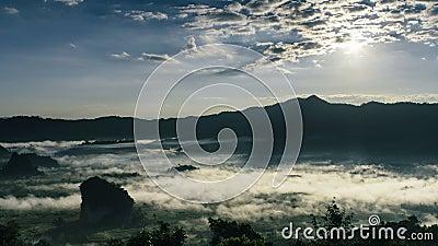 Alba di lasso di tempo bella Foschia e Cloudscape sopra la montagna stock footage