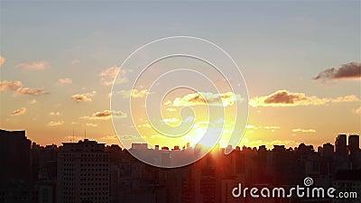Alba fra le costruzioni Vista aerea cinematografica dei grattacieli e dei brights del sole di alba di mattina fra le costruzioni video d archivio