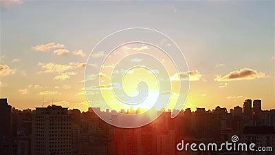 Alba fra le costruzioni Vista aerea cinematografica dei grattacieli e dei brights del sole di alba di mattina fra le costruzioni archivi video