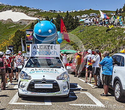 Alcatel un automobile di tocco in montagne di Pirenei Fotografia Editoriale