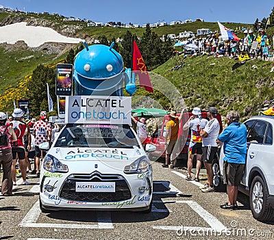 Alcatel un coche del tacto en las montañas de los Pirineos Foto editorial