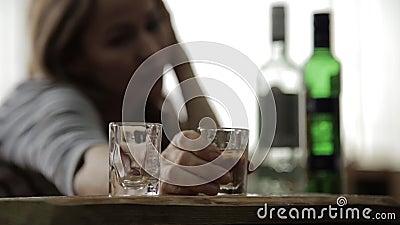 Alcohol de consumición de la mujer sola triste de los vidrios en barra alcoholismo femenino, inestabilidad emocional y tensiones  almacen de metraje de vídeo