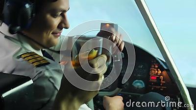 Alcohol de consumición experimental loco en la carlinga y el avión de navegación, maniaco peligroso almacen de metraje de vídeo