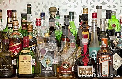Alcoholische Drankflessen Op Een Bar Redactionele