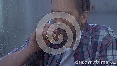 Alcool potable de mâle déprimé d'une cinquantaine d'années seul, absence de volonté, dépendance banque de vidéos