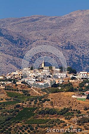 Aldea de Crete en montañas