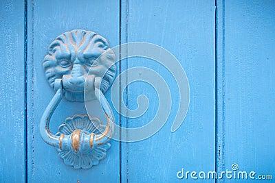 Aldrava de porta principal do leão em uma porta de madeira velha