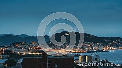 Alesund, Noruega Alesund Skyline Cityscape Y Port Terminal En La Luz nocturna Centro Histórico En Verano metrajes
