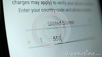 Alguien llama a la pantalla de un número de teléfono para verificación en la aplicación metrajes