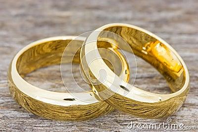 Alianças de casamento em um assoalho de madeira