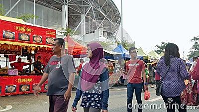 Alimenti d'esplorazione e d'acquisto veduti la gente intorno a Ramadan Bazaar stock footage