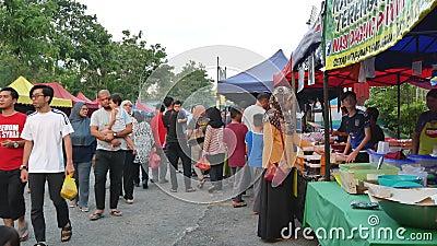 Alimenti d'esplorazione e d'acquisto veduti la gente intorno a Ramadan Bazaar archivi video
