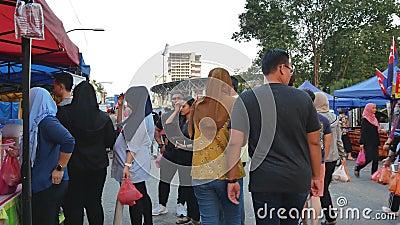Alimenti d'esplorazione e d'acquisto veduti la gente intorno a Ramadan Bazaar video d archivio