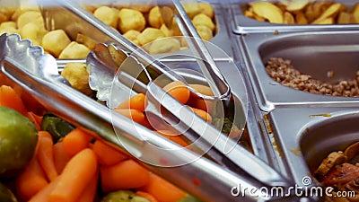 Alimento cucinato della via sul contatore del deposito Kebab, funghi arrostiti, verdure, insalate Cucini Preparing Delicious Food stock footage