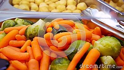 Alimento cucinato della via sul contatore del deposito Kebab, funghi arrostiti, verdure, insalate Cucini Preparing Delicious Food archivi video