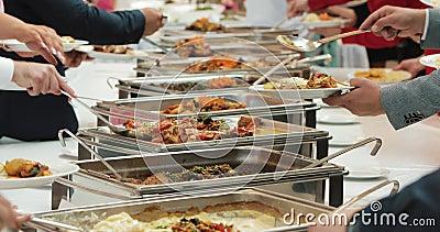 Alimento do bufete da restauração do grupo dos povos interno no restaurante luxuoso com frutas e legumes coloridas da carne Fim a filme