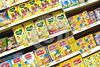 Alimentos para niños en el supermercado Foto editorial