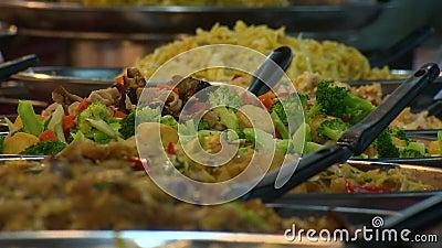 Alimentos preparados con ensalada de verduras mixtas, Asia almacen de metraje de vídeo