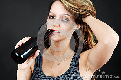 Alkoholisches junges moman