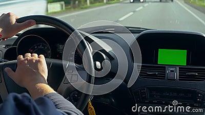 All'interno di un'automobile Un modulo di GPS è sopra Schermo verde video d archivio