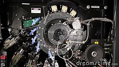 All'interno di una stampante digitale a colori con offset per stampa robotica stock footage