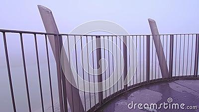 Alla cima della torre nella nebbia video d archivio