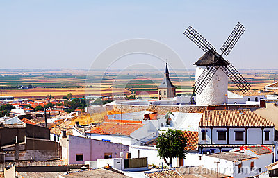 Allgemeine Ansicht von Campo de Criptana mit Mühle und Kirche