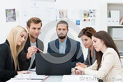 Allvarlig grupp av affärsfolk i ett möte
