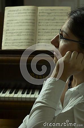 Allvarlig lärare för pianostående