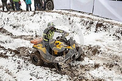 Almaty, Cazaquistão - 21 de fevereiro de 2013. Competência fora de estrada em jipes, competição do carro, ATV. Raça tradicional Imagem Editorial