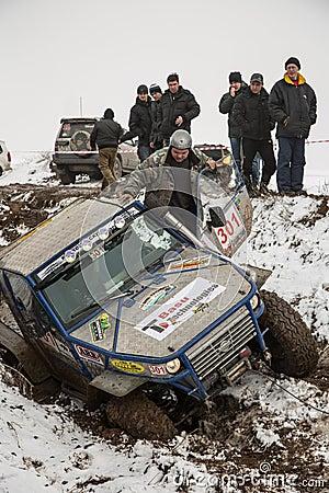Almaty, Kazajistán - 21 de febrero de 2013. El competir con campo a través en los jeeps, competencia del coche, ATV. Raza tradicio Foto editorial