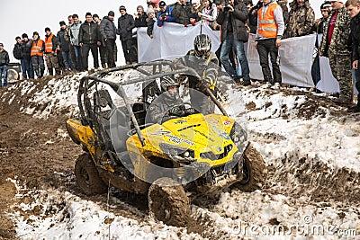 Almaty, Kazajistán - 21 de febrero de 2013. El competir con campo a través en los jeeps, competencia del coche, ATV. Raza tradicio Fotografía editorial