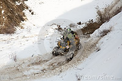 Almaty, Kazajistán - 21 de febrero de 2013. El competir con campo a través en los jeeps, competencia del coche, ATV. Raza tradicio Foto editorial