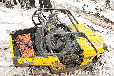Almaty, Kazajistán - 21 de febrero de 2013. El competir con campo a través en los jeeps, competencia del coche, ATV. Raza tradicio Imagen de archivo editorial