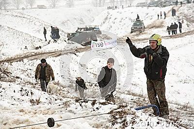 Almaty, Kazajistán - 21 de febrero de 2013. El competir con campo a través en los jeeps, competencia del coche, ATV. Raza tradicio Imagen editorial