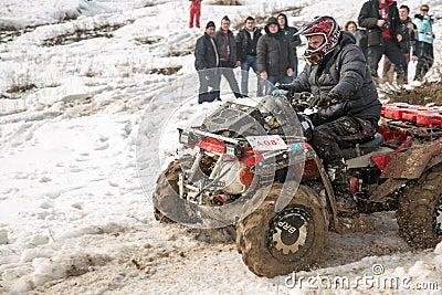 Almaty, Kazakhstan - 21 de fevereiro de 2013. Fora-estrada que compete em jipes, competição do carro, ATV. Raça tradicional Imagem de Stock Editorial