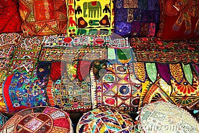 almohadillas y alfombras indias imagen de archivo libre de On alfombras indias