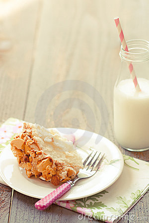 Almond crunch cake with milk