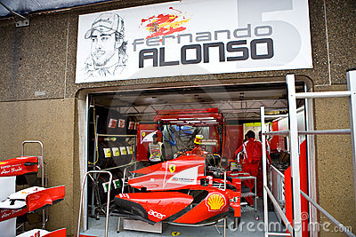 Alonso bil fernando ferrari som förbereder s-laget Redaktionell Foto